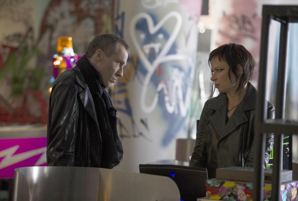 Michael-Wincott-Adrian-Cross-Mary-Lynn-Rajskub-Chloe-24-Live-Another-Day-Episode-5-1024x692