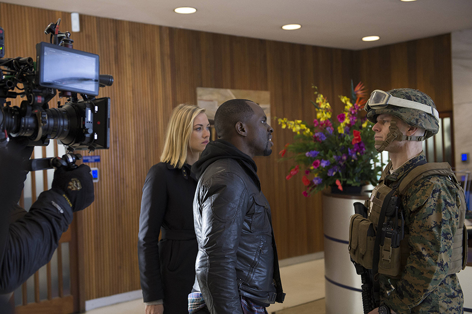 Yvonne-Strahovski-Gbenga-Akinnagbe-24-Live-Another-Day-Episode-4-BTS